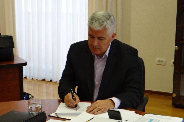 """Predsjednici i predsjedništva osam političkih stranaka u BiH potpisali """"Platformu za mir"""""""